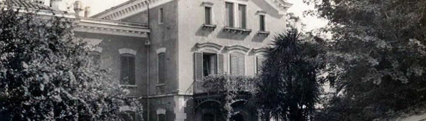La facciata della villa in una foto d'epoca in bianco e nero